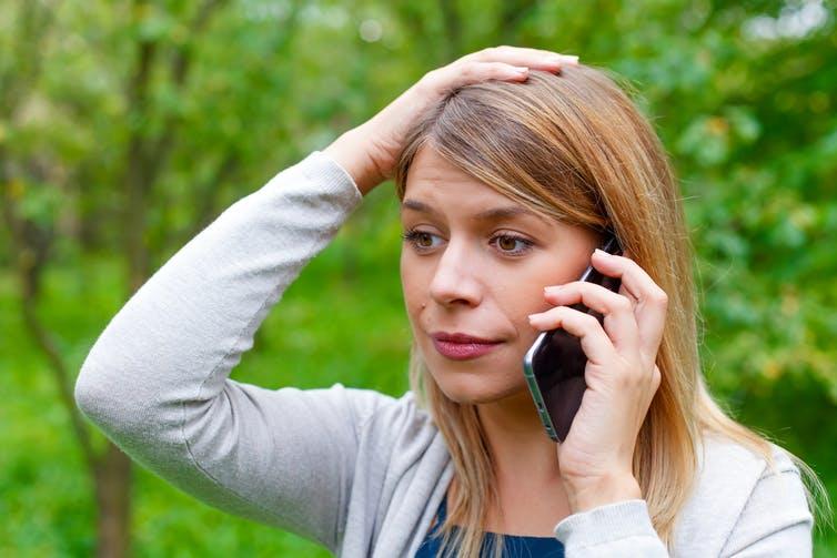 Femme inquiète utilisant un smartphone