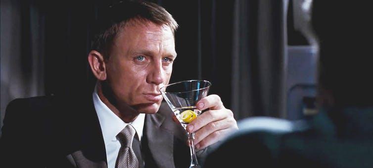 Daniel Craig boit un cocktail «Vesper Martini»