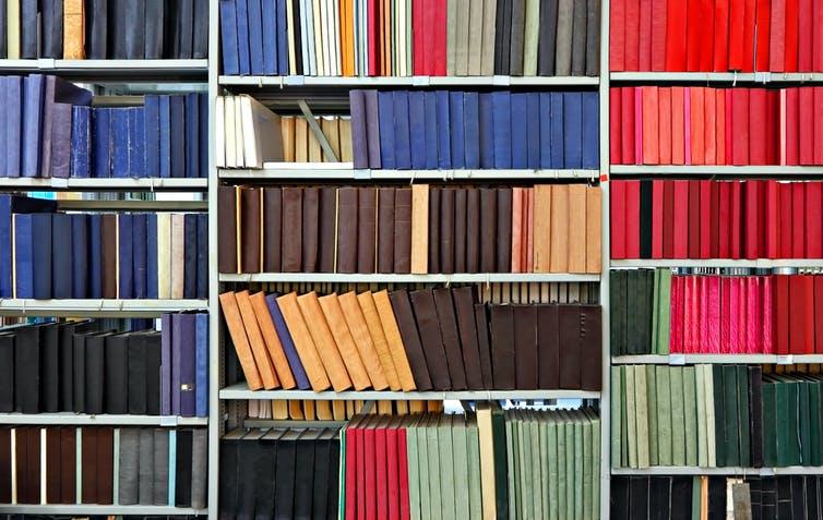 Étagères couvertes de revues dans une librairie.