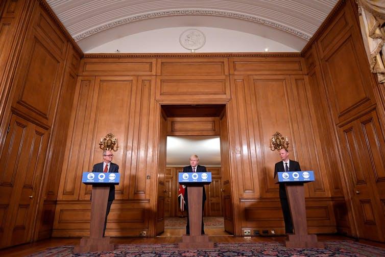 Le conseiller scientifique en chef Sir Patrick Vallance (à gauche) et le médecin en chef, le Pr. Chris Whitty (à droite), aux côtés du Premier ministre Boris Johnson lors d'une conférence de presse.