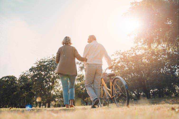 Un couple se promenant au soleil