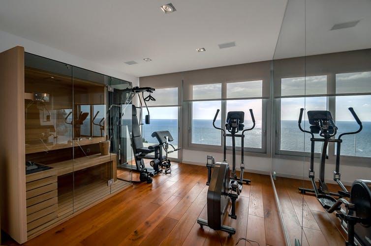 Sauna dans une salle de sport avec vue sur la mer.