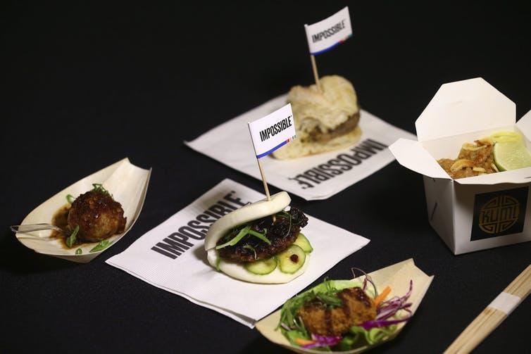 Des assiettes sur une table avec le mot impossible écrit autour d'elles
