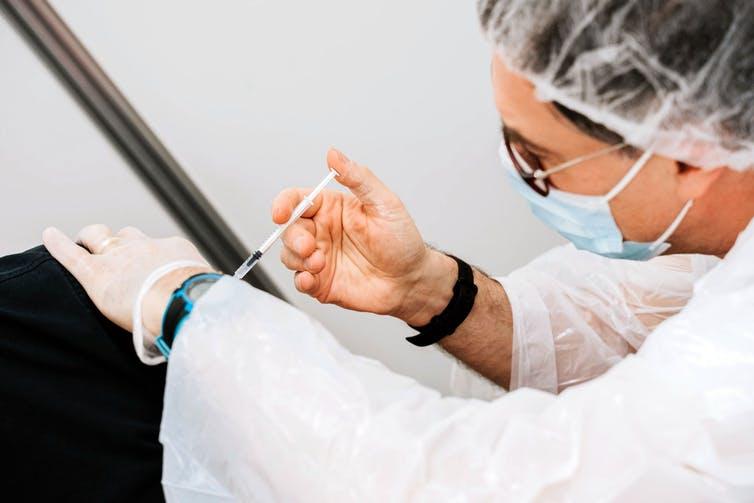 Personnel soignant en train de vacciner