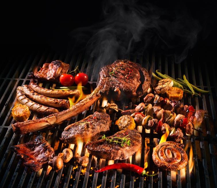 Diverses pièces de viande sur un barbecue