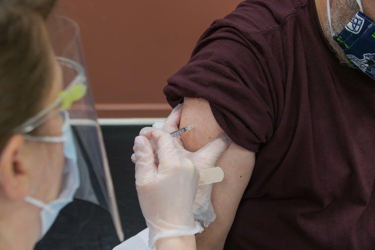 Vaccination d'un homme