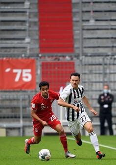 Sarpreet Singh, milieu du Bayern de Munich, aux prises avec le milieu du SC Freiburg Nicolas Hoefler, le 20juin 2020.