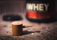 Protéines de whey dans une cuillère