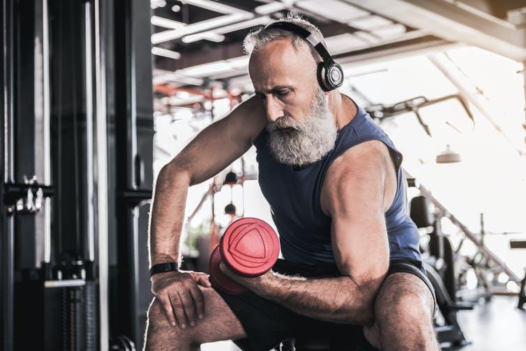 Homme âgé pratiquant la musculation de ses biceps.