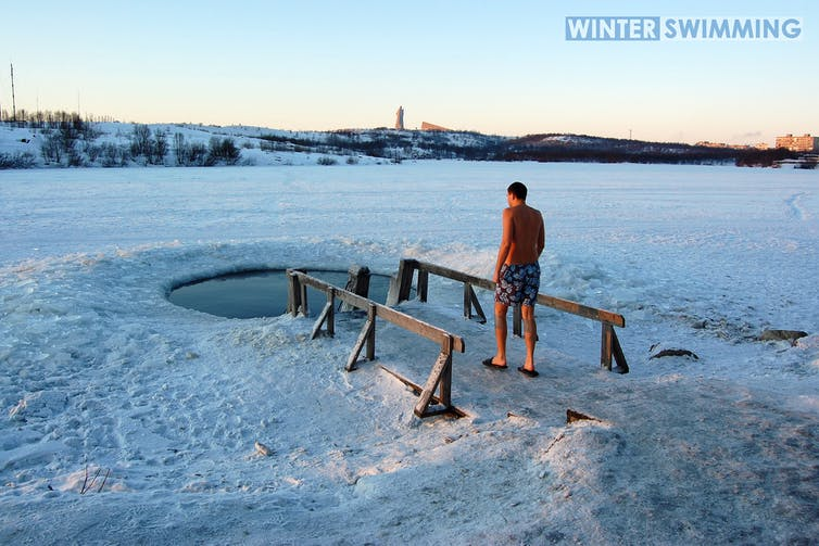 Un homme se prépare à se baigner dans un trou d'eau glacée en Russie.