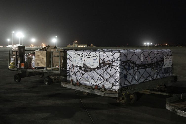 Des caisses de vaccins d'AstraZeneca sont déchargées à Dakar